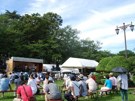 国内外で活躍する地元出身ミュージシャンらを招いた野外音楽イベント「千秋公園 Jazz Impression」(昨年の様子)