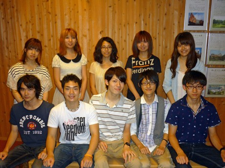 秋田県内を回る留学生向けバスツアーを企画する国際教養大学の学生グループの皆さん