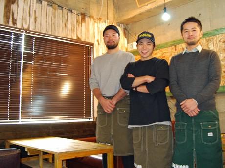 ダイニングカフェ「LOCALOOP(ローカループ)」の開店準備を進めるスタッフの皆さんと代表の菅原直幸さん(写真右)