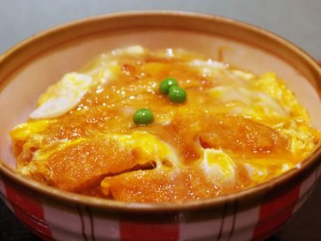 80年間、同じ調理法を続ける秋田市の飲食店「どん扇屋」の人気メニュー「カツ丼」