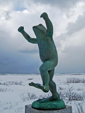 風雪に耐え、成人を迎える「ももさだカエル」