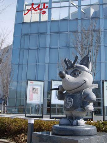 エリアなかいち・にぎわい広場(秋田市中通1)に設置されたマスコットキャラ「与次郎」の石像