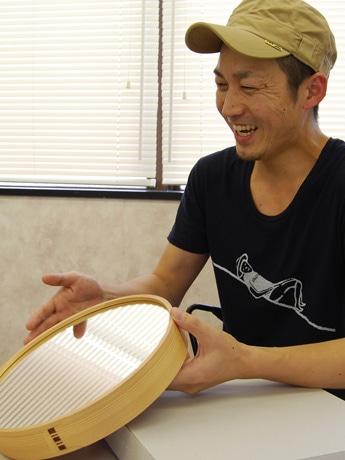 グッドデザイン賞を受賞した壁掛け鏡「Wa MIRROR」と県産品を「casane tsumugu」ブランドで展開する田宮慎さん