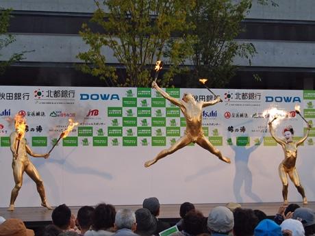 秋田市内では初めて披露された「大駱駝艦(だいらくだかん)」の「金粉ショー」