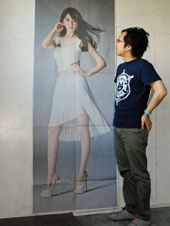 新聞紙面8面をつなぎ合わせることで完成する佐々木希さんの全身写真