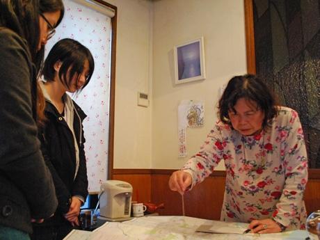 「パワースポット」がテーマの課題に取り組む秋田公立美術大学の学生と占い師の児玉未知子さん