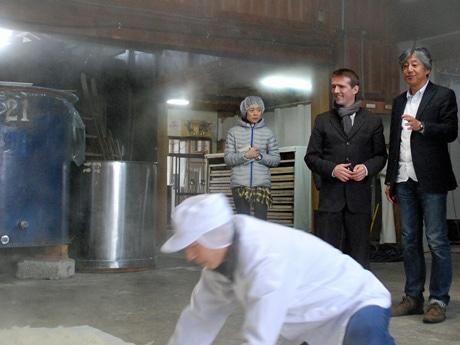 秋田県内の酒蔵を巡ったユエ・シルヴァンさん(右から2人目)と金紋秋田酒造の佐々木孝社長(右)