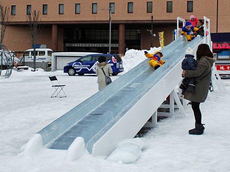 エリアなかいち・にぎわい広場(秋田市)に設けられた「氷の大滑り台」