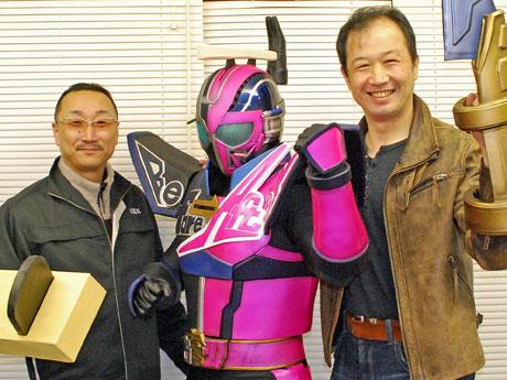 秋田産業活性ヒーロー「リフォーマン」と奥羽住宅産業の中村瑞樹社長(左)、海老名保さん