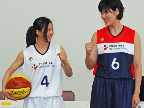 「プレステージ・インターナショナル女子バスケットボールチーム」の花田遥歌選手(左)と藤原拓美選手