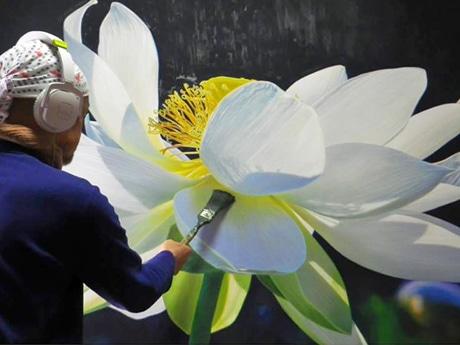 「ハス」を題材に創作活動に取り組む能代市在住の画家・金谷真さんの油彩作品
