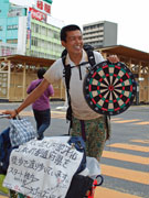 日本縦断中のダーツ芸人、秋田県内を回る