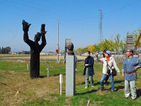 国の政策により作付けが行われなくなった田んぼを使った彫刻作品展示会場