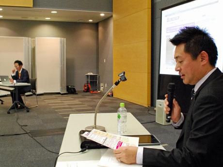 インターネットと地方紙を題材に講演する「秋田魁新報社」の安藤伸一さん(右)と秋田中年会議所の小林秀樹さん