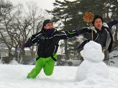 秋田市千秋公園で「スノーフラッグ」を競う「雪上運動会」参加者