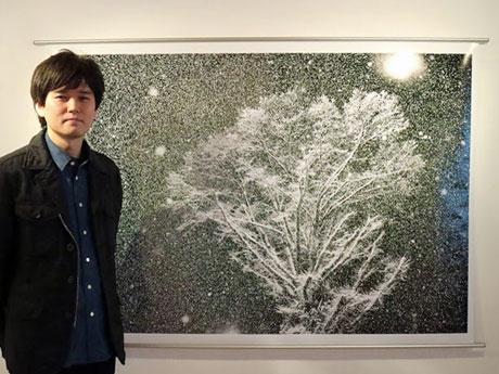 秋田市内のアートスペースで個展を開く仙北市角館出身のフォトグラファー・草なぎ(「なぎ」は弓へんに剪)裕さん
