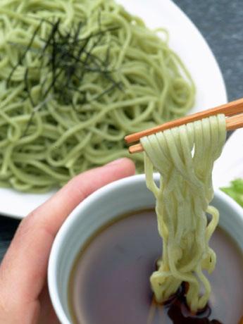 ホウレンソウを練り込んだ「緑色の麺」が人気の「緑のざる中華」