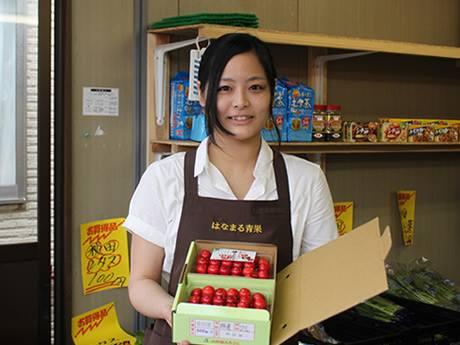 来店を呼び掛ける青果店「はなまる青果」(秋田市)のスタッフ