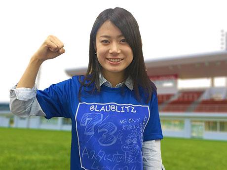 「黒板Tシャツ」をPRする「ブラウブリッツ秋田」応援女子マネージャーの荒川理奈さん