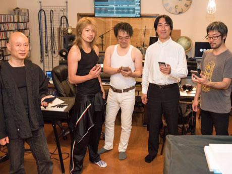 スマホゲームアプリ「イングレス」ユーザーだけで結成した音楽グループ「COBALT TEAL」と、作詞を手掛けた高橋大さん(右から2人目)