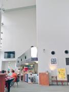 秋田市にぎわい交流館にカフェラウンジ Wi-Fi、テーブルごとにコンセントも