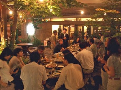 「ビアカフェあくら」(秋田市大町1)前の中庭を会場に開く「グリーンドリンクス」(写真は2007年7月)