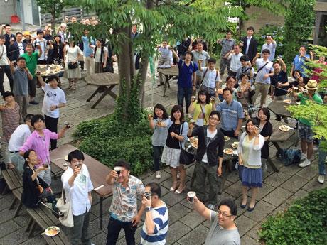 100人以上の市民が集まって開かれた「グリーンドリンクス」会場の様子
