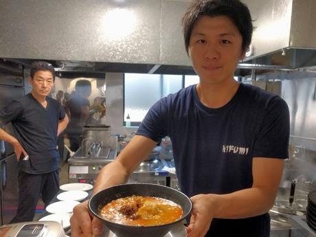 看板メニューの「担々麺」を提供する村上拓哉さん(右)と父の一美さん