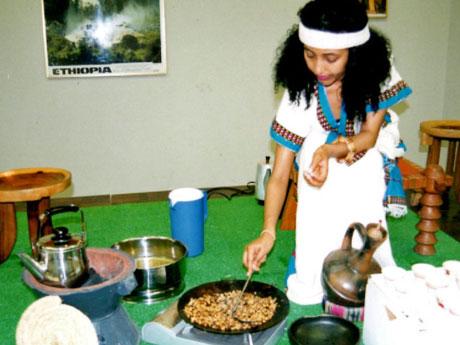 エチオピアの伝統的な手法でコーヒーを入れるエチオピア人女性