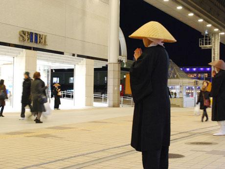 JR秋田駅前で震災復興を祈願して行われた「托鉢」
