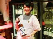 秋田の居酒屋に20歳の女性「利き酒師」 駅前で地酒の魅力発信
