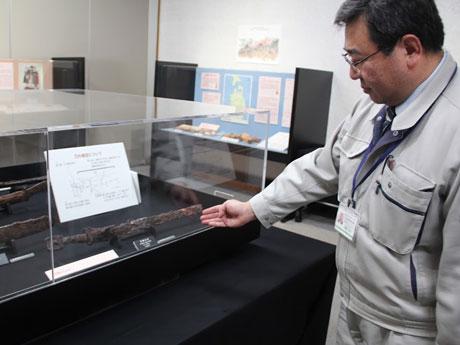 出土品を解説する秋田城跡歴史資料館の伊藤武士さん