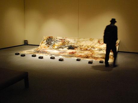 秋田美大生が個展 海辺の漂着物の観察・収集通じ「海の世界」表現
