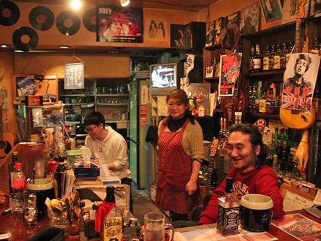 30周年を迎えた「OVER TRIP(オーバートリップ)」店主の鈴木武志さん(右)と妻の朝美さん