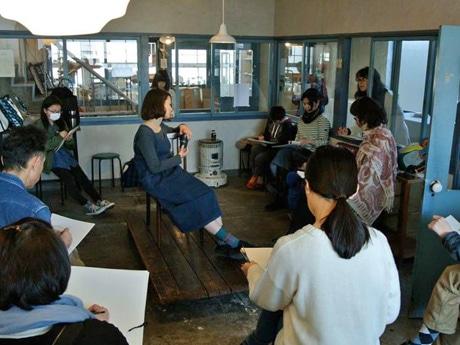 秋田の「レコードとデッサン会」が10回目 指導ない運営スタイルが好評
