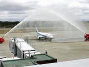 秋田空港で全日空就航55周年記念セレモニー 観光レディーらが送迎
