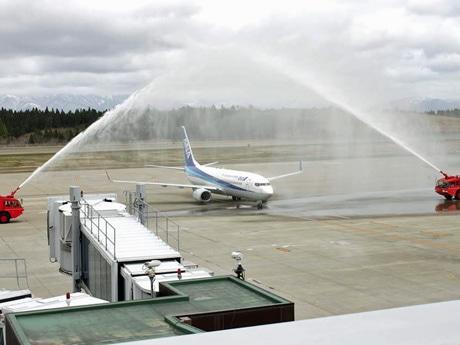 秋田・羽田線の就航55周年を記念して到着便を放水アーチで出迎えた秋田空港