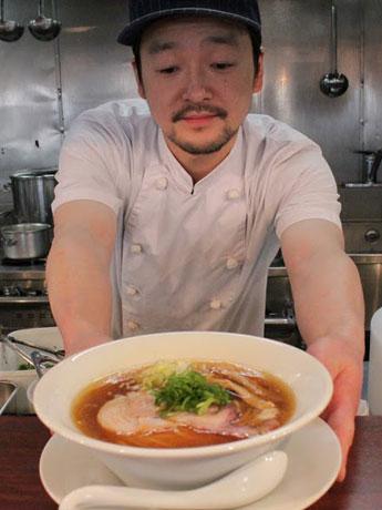 「どなたからもおいしいと思っていただける味を目指す」と話す「柳麺多むら」店主の田村壮司さん