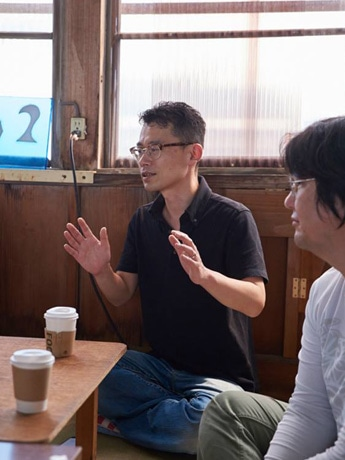 「秋田芸術新聞編集部員ゼミナール」で講師を務める千葉尚志編集長 ©高橋希