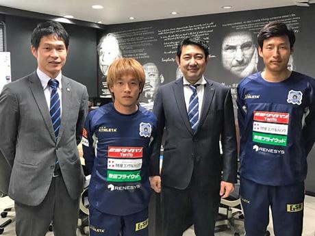 サッカー観戦休暇制度を導入したリネシスの森裕嗣社長(右から2番目)と「ブラウブリッツ秋田」選手