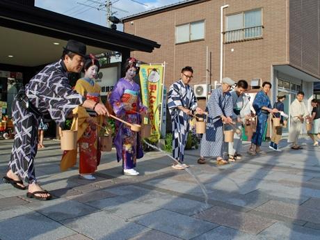 秋田市通町商店街が打ち水などに取り組む「エコ活」(写真は昨年)