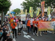 「秋田竿燈まつり」最終日のパレード 市民1200人が沿道の観光客と交流