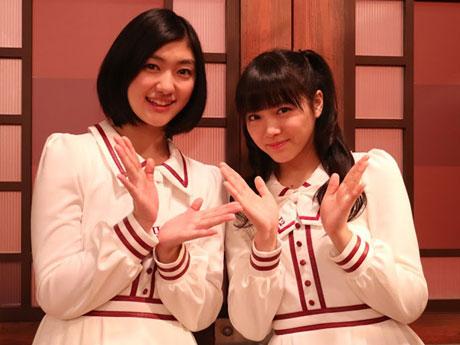 秋田市内でイベントのPR活動を行った「私立恵比寿中学」メンバーの小林歌穂さん(左)と中山莉子さん