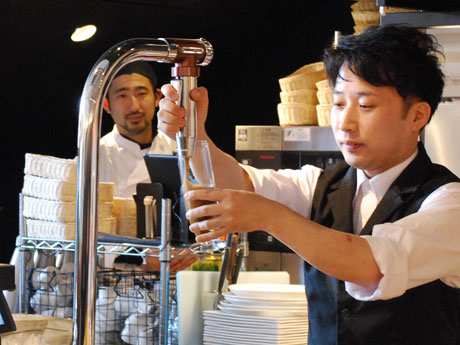 専用サーバーで窒素を加えていれるアイスコーヒー「ニトロ」