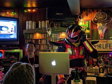 DJプレーで会場を沸かせる「超神ネイガー」