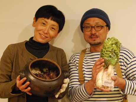 「焼き芋」販売会を開いた高橋希さん(左)と「スイート吉田」を栽培した吉田崇仁さん