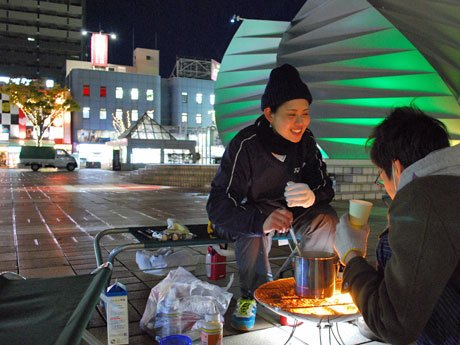 秋田駅前で行った「たき火」で「チャイ」を入れる秋田公立美術大学の大学院生
