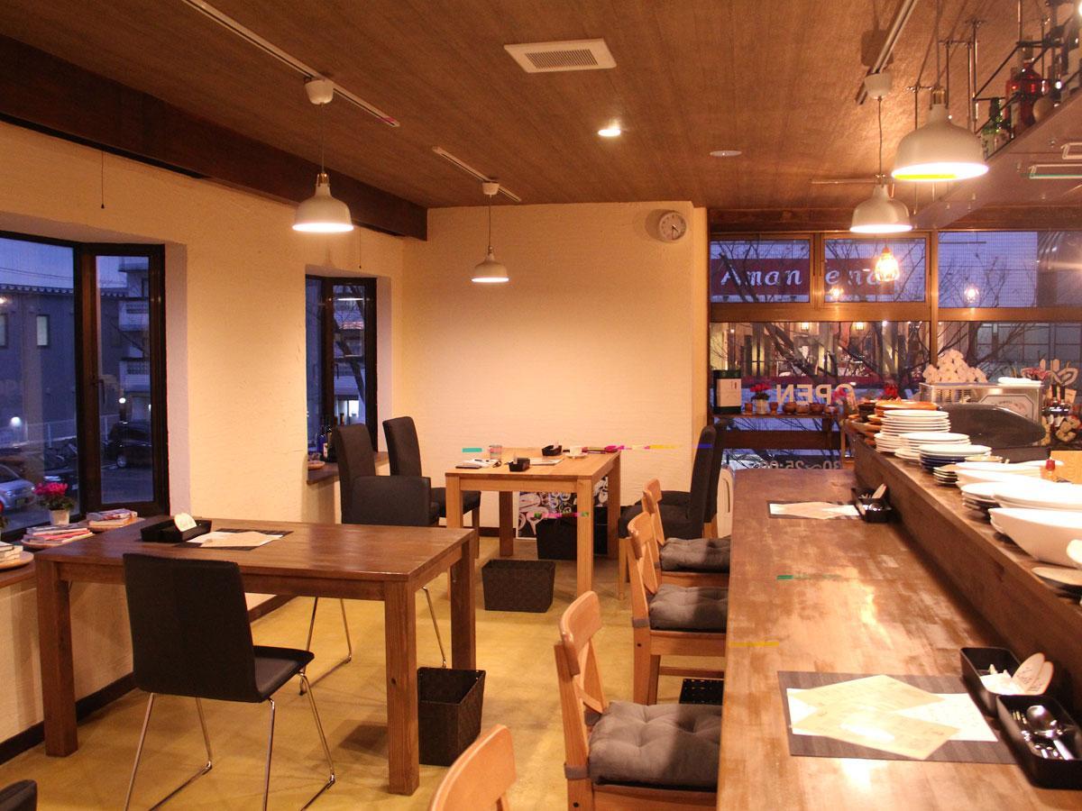 手作りの木製テーブルなどを設ける「キリン食堂」店内