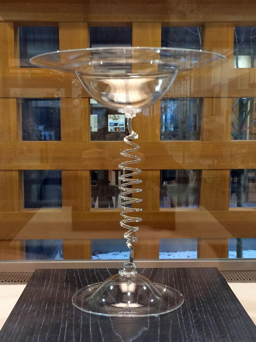 秋田市の「新屋ガラス工房」に展示中の「風にそよぐワイングラス」