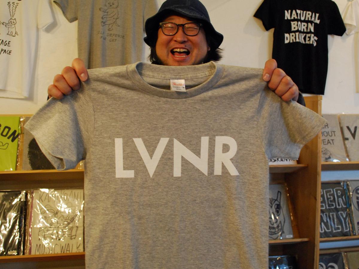 秋田市内の中国料理店メニューをきっかけに人気が広まった「LVNR」Tシャツ